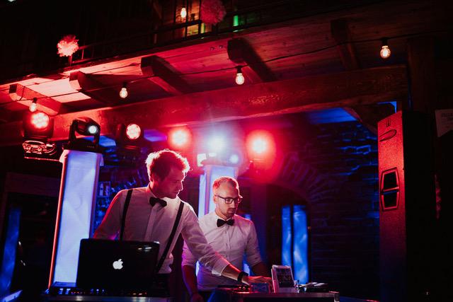 Hochzeitsplanung - Bild eines Hochzeits-DJ bei der Feier