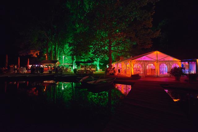 Hochzeitsplanung Osnabrück - Foto einer bunt beleuchteten Hochzeitslocation